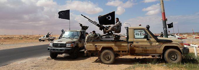 Rebellen am Hafen Es Sider bei Ras Lanuf: Der Streit um die Verteilung der libyschen Öleinnahmen droht ein wichtiges Förderland komplett zu blockieren.