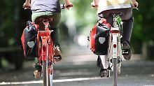 Den Anschluss verloren?Nachzügler können bei einer organisierten Gruppenradtour nicht erwarten, dass ihnen vom Veranstalter eingesetzte Sicherungsposten an Kreuzungen und anderen Gefahrenstellen über die Straße helfen.