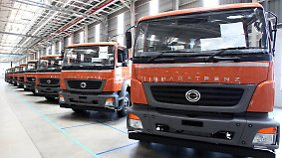 """Geringere Motorenleistung, keine Assistenzsysteme: Mit der Marke """"Bharat Benz"""" bietet Daimler in Indien zwar simplere, aber auch günstigere Nutzfahrzeuge an."""