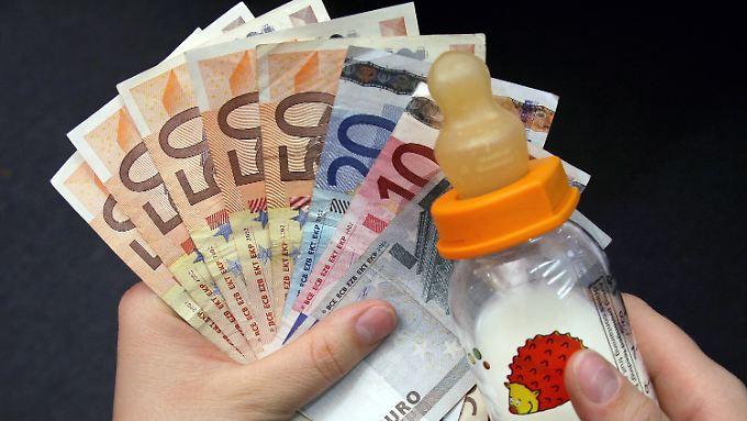 Eltern, die in Teilzeit arbeiten, erhalten zukünftig bis zu 28 Monate das halbe Normal-Elterngeld - ohne Abstriche.