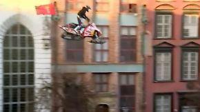 Stunts auf Marktplatz von Danzig: Sprung mit Schneemobil endet schmerzhaft