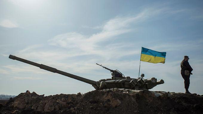 Ein Soldat steht an einem ukrainischen Panzer in der Nähe der Grenze zu Russland.