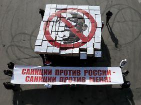 """Staatsnahe Medien sprechen von einem """"Flashmob"""": In Moskau demonstrieren Studenten mit einem Porträt Obamas gegen die US-Sanktionen."""