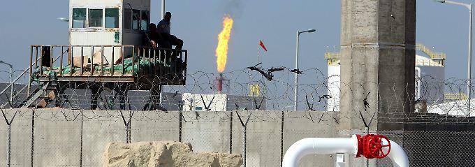 """Prekäre Sicherheitslage: Im Irak bewacht ein privater Sicherheitsdienst den Eingang zu den Anlagen über dem Ölfeld """"West-Quma-2""""."""
