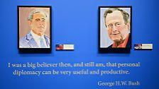 """Daneben: sein Vater George Bush senior. Unter beiden Gemälden steht geschrieben: """"Ich war immer davon überzeugt, und bin es immer noch, dass persönliche Diplomatie sehr nützlich und gewinnbringend sein kann."""""""