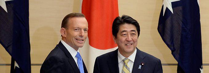 """""""Ein historisches Abkommen"""": Australiens Premier Tony Abbott (links) und sein japanischer Kollege Shinzo Abe."""
