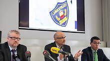 Bislang keine heiße Spur: Kriminalpolizeidirektor Andreas Schädler, Polizeichef Jules Hoch und der Vertreter der Staatsanwaltschaft Frank Haun (v.r.) ermitteln in alle Richtungen.