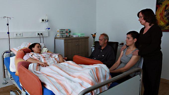 Ehemann (Hans-Heinrich Hardt), Tochter (Christiane Nothofer) und Schwester ( Mechtild Kalthoff) nehmen Abschied von der sterbenden Heike Bergmann (Tanja Haller).