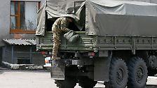 """""""Vieles deutet darauf hin, dass die in der Ostukraine bewaffneten Gruppen Unterstützung aus Russland erhalten"""", sagte die stellvertretende Sprecherin der Bundesregierung, Christiane Wirtz."""