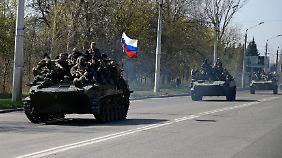 Panzer rollen durch die Ostukraine. Sind es russische Truppen oder russlandfreundliche Milizen?