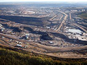 Der Abbau von Ölsand in der kanadischen Provinz Alberta bedarf eines massiven Eingriffes in die Natur.