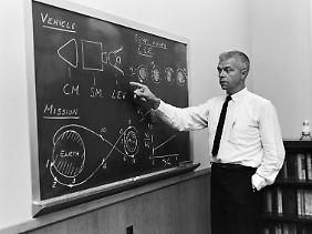 Vorteile beim Startgewicht: John C. Houbolt erläutert seine Ideen von einer Mondlandefähre.