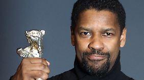 """Denzel Washington wurde für seine Darstellung in """"Hurricane"""" vielfach mit Filmpreisen ausgezeichnet - hier mit dem Silbernen Bären im Jahr 2000 in Berlin."""