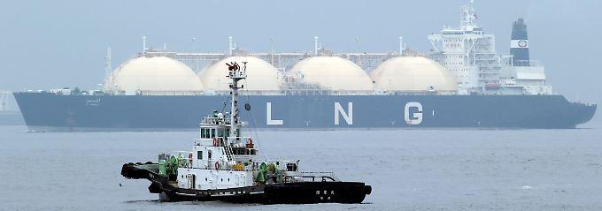 """Die """"Al Hamra"""" bei der Einfahrt in den Hafen von Yokohama: Der Import von Flüssiggas (LNG) zählt in Japan zum Alltag."""