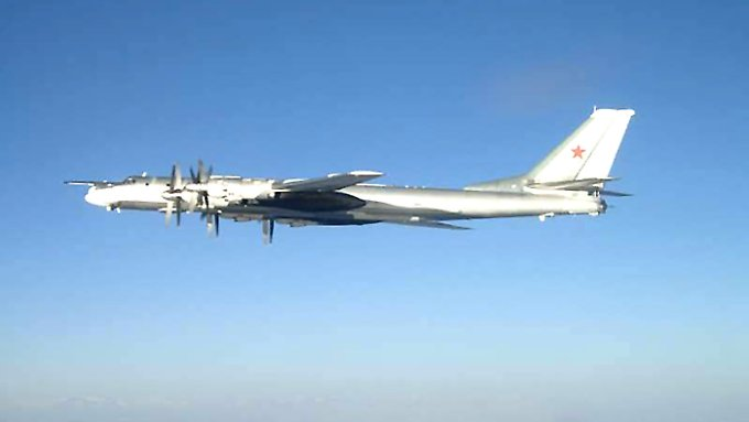Eine russische Tupolev 95: In Europa bemühen sich die Militärs um Gelassenheit.