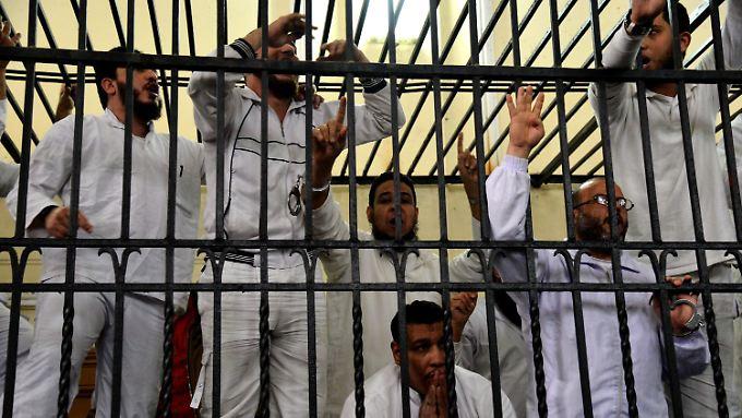 Die Angeklagten reagierten auf den Urteilsspruch mit empörten Rufen und wedelten mit den Händen.