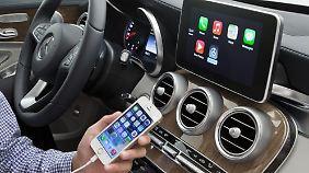 Autofahrer sollen bei der Fahrt nicht das iPhone, sondern Carplay von Apple benutzen.