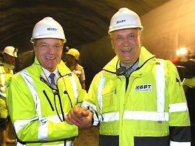 Tunnelfans unter Tage: Der bayerische Innenminister Joachim Herrmann (r.) und der Tiroler Landeshauptmann Günther Platter im Zugangsstollen zum Brenner-Basistunnel bei Steinach.
