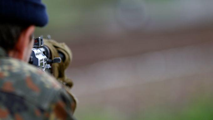 Prorussische Kräfte sichern eine Straßensperre im Osten der Ukraine.