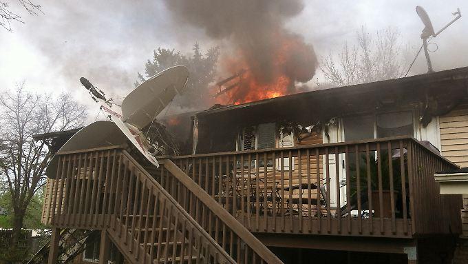 Das Flugzeug stützte direkt in das Wohnhaus und löste einen Brand aus.
