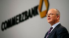 Gibt es eine Dividende?: Commerzbank lässt Aktionäre zittern