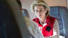 Ministerin von der Leyen auf dem Flug nach Prizren.