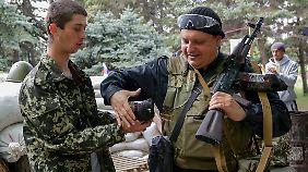 Putin besteht darauf, dass sich auch die ukrainischen Truppen zurückziehen. Zun Einsatz der Separatisten sagte Putin nichts.