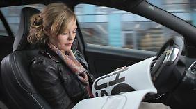 Zurücklehnen und lesen: In Volvo-Testwagen funktioniert das schon. Autonom fahrende Autos für jedermann plant der schwedische Hersteller ab 2020 - wenn die Gesetze dies bis dahin erlauben.