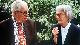Für Donaldisten das Maß aller Dinge: US-Zeichner Carl Barks (1901-2000) und seine deutsche Übersetzerin Erika Fuchs (1906-2005), hier 1994.