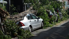 Demolierte Autos, zerstörte Häuser: Wer zahlt bei Unwetterschäden?