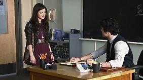 Aria und Ezra besprechen gerade nicht die Hausaufgaben.