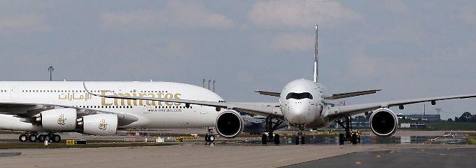 Der Vorzeigekunde verärgert den Jet-Hersteller: Auf der ILA in Berlin präsentierte sich Emirates noch mit einer A380 (l.) einträchtig neben der neuen A350.
