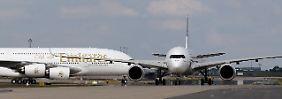 Der Vorzeigekunde verärgert den Jet-Hersteller: Auf der ILA in Berlin präsentierte sich Emirates noch mit einer A380 (l.) einträchtig neben der neuen A350 (r.).