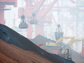 Eisenerzverladung im chinesischen Qingdao: Die Nachfrage nach Rohstoffen geht beim weltweit größten Importeur stetig zurück.