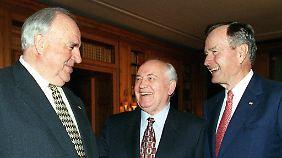 Helmut Kohl, Michail Gorbatschow und George Bush am 8. November 1999 in Berlin.