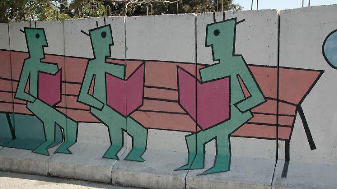 Künstler haben die Mauer mit verschiedenen Motiven bemalt.