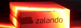 Kommt oft zurück: Paket des Internet-Versandhauses Zalando im DHL-Verteilzentrum. Foto: Oliver Berg/Archiv