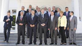 Bundesinnenminister de Maiziere kommt etwas später zum Gruppenfoto an der Villa Hammerschmidt in Bonn.