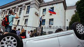 """""""Unsere Probleme alleine lösen"""": Ukrainer demolieren russische Botschaft"""