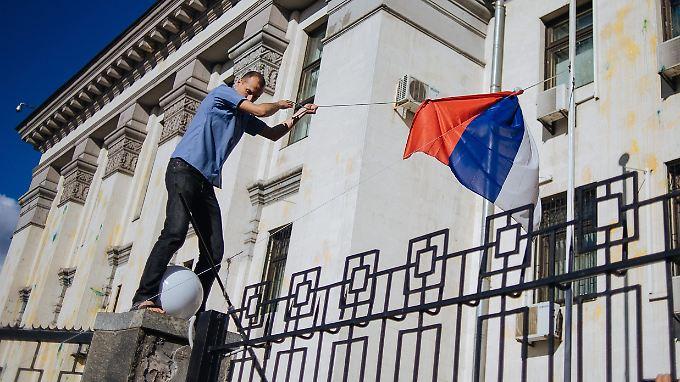 Am Samstag kam es zu Ausschreitungen vor der russischen Botschaft in Kiew. Dabei wurde auch die russische Fahne vom Mast geholt.