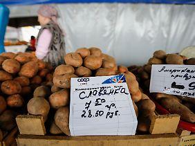 Der Preis für ein Kilo Kartoffeln auf einem Markt in Simferopol in ukrainischen Griwna und russischen Rubeln.