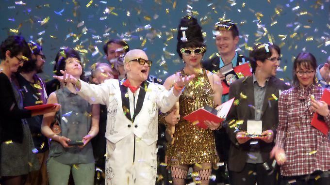 Im Goldkonfetti-Regen: Hella von Sinnen (im weißen Anzug), Ralf König (im Goldkleid) und andere Preisträger auf der Max-und-Moritz-Gala in Erlangen.
