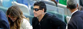 Der Stein des Anstoßes: Maradona verlässt vor dem Abpfiff das Stadion.