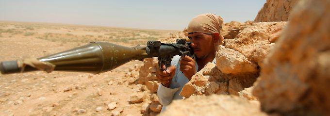 Ein Land im Krieg: Mit seiner Panzerfaust will dieser junge Schiite die Heiligen Stätten von Nadschaf verteidigen.