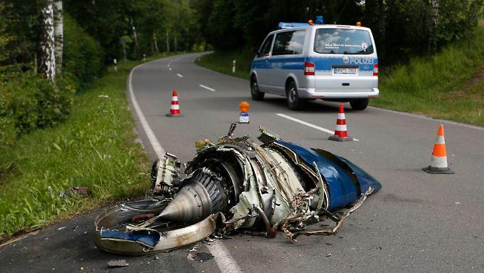 Ein Triebwerk des abgestürzten Learjets wurde bis auf die angrenzende Straße geschleudert.