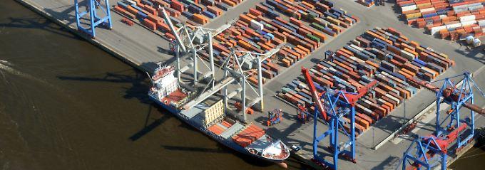 Volle Stellflächen, viel Bewegung: Am Container Terminal Burchardkai (CTB) in Hamburg lässt sich erahnen, wie es um die deutsche Wirtschaft steht.