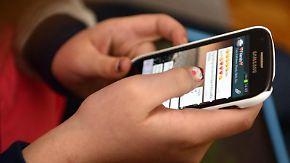 Viele Jugendliche aktivieren eine Studie zufolge ihr Smartphone rund 80 Mal am Tag. Foto: Henning Kaiser