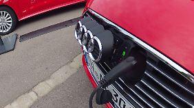 Die Ladebuchse ist hinter dem Audi-Logo im Frontgrill verborgen.