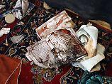 Nach einem Selbstmordanschlag in Bagdad: Ein blutiger Koran liegt am Boden einer schiitischen Moschee.