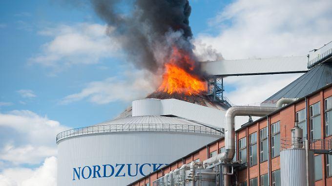 Alptraum für Rettungskräfte: 82 Meter über dem Boden fressen sich die Flammen in ein halbgefülltes Lagersilo.